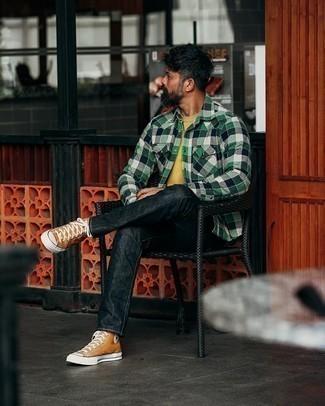 Moda uomo anni 40: Punta su una camicia a maniche lunghe di flanella a quadretti verde scuro e jeans neri per un look semplice, da indossare ogni giorno. Non vuoi calcare troppo la mano con le scarpe? Calza un paio di sneakers alte di tela terracotta per la giornata.