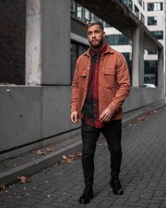 Moda uomo anni 20: Abbina una camicia a maniche corte scozzese rossa e nera con chino neri per un look semplice, da indossare ogni giorno. Sfodera il gusto per le calzature di lusso e scegli un paio di stivali casual in pelle neri.