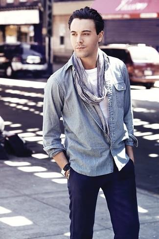 Come indossare: camicia di jeans azzurra, t-shirt girocollo bianca, chino blu scuro, sciarpa con motivo pied de poule grigia