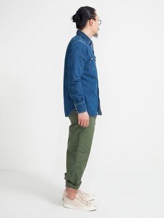 Trend da uomo 2020 quando fa caldo: Per un outfit quotidiano pieno di carattere e personalità, scegli una camicia di jeans blu e chino verde oliva. Sneakers basse di tela beige sono una buona scelta per completare il look.