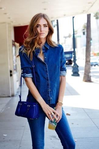 Come indossare: camicia di jeans blu, jeans aderenti blu, borsa a tracolla in pelle blu