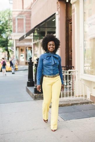Come indossare: camicia di jeans blu, pantaloni eleganti gialli, sandali con zeppa in pelle terracotta, cintura in pelle scamosciata leopardata marrone chiaro