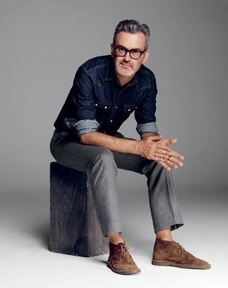 Come indossare e abbinare una camicia di jeans blu scuro: Indossa una camicia di jeans blu scuro e chino grigi per un outfit comodo ma studiato con cura. Questo outfit si abbina perfettamente a un paio di chukka in pelle scamosciata marroni.
