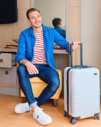 Come indossare: camicia di jeans blu, t-shirt girocollo a righe orizzontali bianca e rossa, jeans blu scuro, sneakers basse di tela bianche