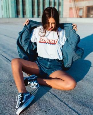 Come indossare: camicia di jeans blu, t-shirt girocollo stampata bianca, pantaloncini di jeans blu, sneakers basse di tela blu scuro