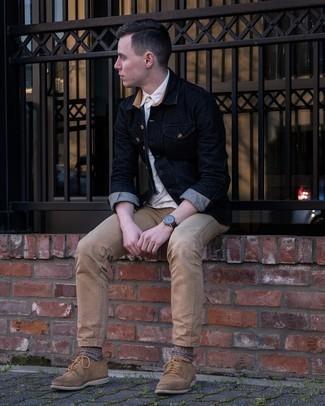 Trend da uomo 2021 in estate 2021: Per un outfit quotidiano pieno di carattere e personalità, potresti combinare una camicia a maniche corte bianca con jeans marrone chiaro. Scegli uno stile classico per le calzature e mettiti un paio di scarpe derby in pelle scamosciata marrone chiaro. Ecco una eccellente scelta per creare il perfetto look estivo.