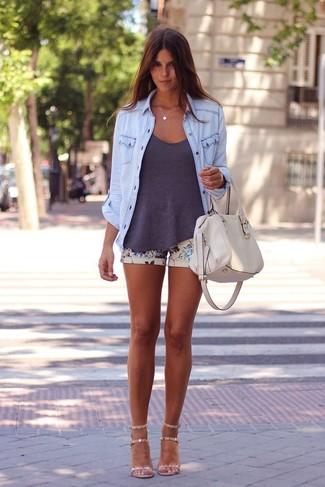 Come indossare e abbinare: camicia di jeans azzurra, canotta grigio scuro, pantaloncini a fiori beige, sandali con tacco in pelle beige