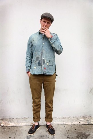 Trend da uomo 2020: Scegli un outfit composto da una camicia di jeans azzurra e chino marroni per vestirti casual. Questo outfit si abbina perfettamente a un paio di scarpe da barca in pelle nere.