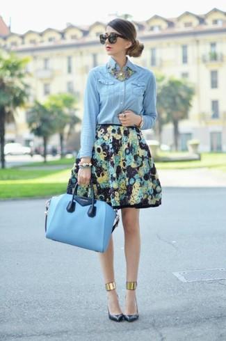 Abbinare una camicia di jeans azzurra con una gonna a ruota a fiori nera è una comoda opzione per fare commissioni in città. Aggiungi un paio di décolleté in pelle neri al tuo look per migliorare all'istante il tuo stile.