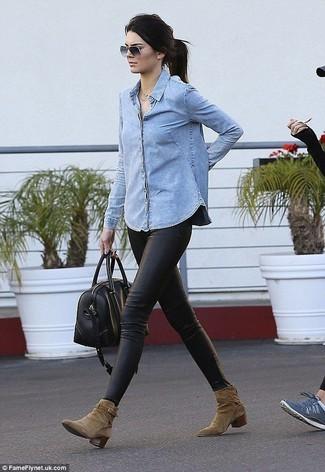 Come indossare: camicia di jeans azzurra, leggings in pelle neri, stivaletti in pelle scamosciata verde oliva, borsone in pelle nero