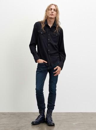 Come indossare e abbinare: camicia di jeans nera, jeans blu scuro, stivali casual in pelle blu scuro