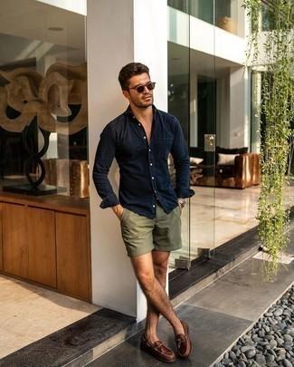 Come indossare e abbinare pantaloncini verde oliva: Per un outfit quotidiano pieno di carattere e personalità, combina una camicia di jeans blu scuro con pantaloncini verde oliva. Scarpe da barca in pelle marroni sono una eccellente scelta per completare il look.