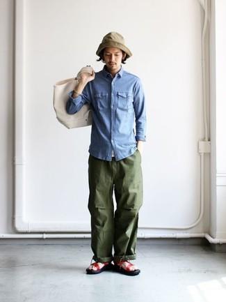 Come indossare e abbinare: camicia di jeans blu, pantaloni cargo verde oliva, sandali in pelle rossi, borsa shopping di tela beige