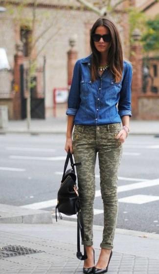 Abbina una camicia di jeans blu con pantaloni skinny mimetici verde oliva per un look raffinato. Ti senti creativo? Completa il tuo outfit con un paio di décolleté in pelle neri.