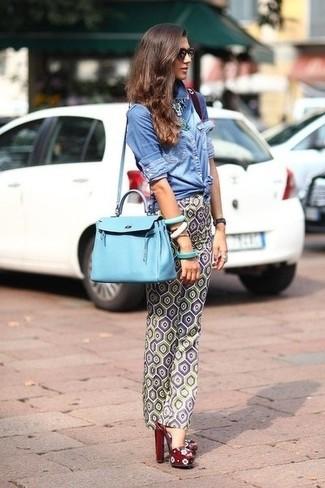 Look alla moda per donna: Camicia di jeans blu, Pantaloni skinny geometrici grigi, Sandali con tacco in pelle bordeaux, Borsa shopping in pelle azzurra