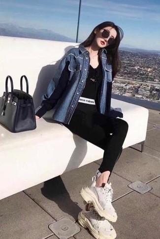 Come indossare: camicia di jeans blu, t-shirt con scollo a v nera, leggings neri, scarpe sportive bianche