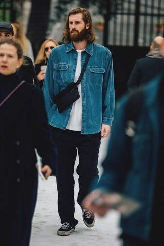 Come indossare e abbinare una camicia di jeans blu: Per un outfit quotidiano pieno di carattere e personalità, prova ad abbinare una camicia di jeans blu con chino di lana blu scuro. Sneakers basse di tela nere sono una valida scelta per completare il look.