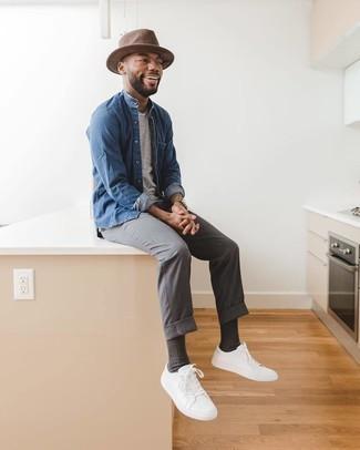Come indossare e abbinare chino grigi: Potresti combinare una camicia di jeans blu con chino grigi per un look raffinato per il tempo libero. Ispirati all'eleganza di Luca Argentero e completa il tuo look con un paio di sneakers basse di tela bianche.