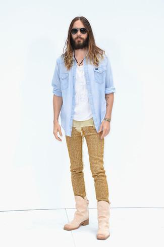Come indossare e abbinare: camicia di jeans azzurra, t-shirt girocollo bianca, jeans dorati, stivali texani in pelle scamosciata rosa