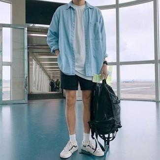 Trend da uomo 2020: Indossa una camicia di jeans azzurra e pantaloncini neri per un look trendy e alla mano. Sneakers basse bianche e blu scuro sono una interessante scelta per completare il look.