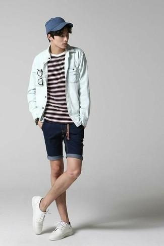 Trend da uomo 2020: Punta su una camicia di jeans azzurra e pantaloncini di jeans blu scuro per vestirti casual.