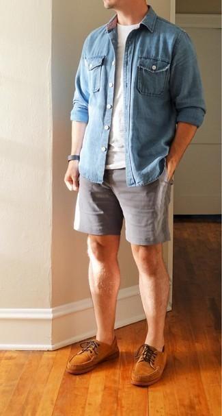 Trend da uomo 2020 in estate 2021: Per un outfit quotidiano pieno di carattere e personalità, mostra il tuo stile in una camicia di jeans azzurra con pantaloncini grigi. Scarpe da barca in pelle scamosciata terracotta sono una splendida scelta per completare il look. È stupenda idea per un outfit estivo!