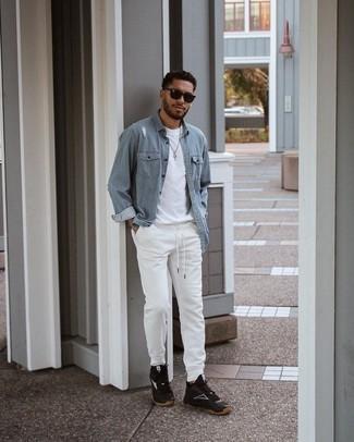 Trend da uomo 2021 in modo rilassato: Potresti indossare una camicia di jeans azzurra e pantaloni sportivi bianchi per un'atmosfera casual-cool. Prova con un paio di scarpe sportive nere e bianche per un tocco più rilassato.