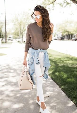 Prova a combinare una camicia di jeans azzurra con occhiali da sole beige di Michael Kors per un semplice tocco di eleganza. Sneakers senza lacci bianche aggiungono un tocco particolare a un look altrimenti classico.