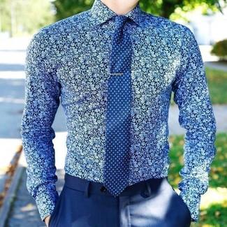 Come indossare e abbinare pantaloni eleganti blu: Scegli uno stile classico in una camicia elegante a fiori blu e pantaloni eleganti blu.
