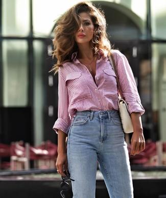 Come indossare e abbinare: camicia elegante a righe verticali bianca e rossa, jeans azzurri, cartella in pelle trapuntata bianca