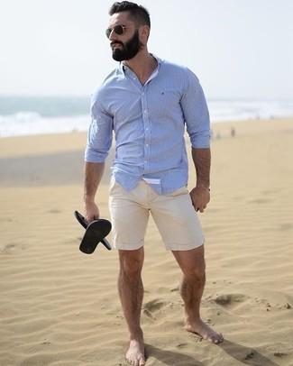 Come indossare e abbinare: camicia elegante azzurra, pantaloncini beige, sandali di gomma neri, occhiali da sole neri