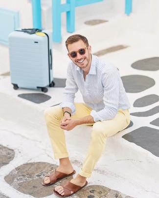 Come indossare: camicia elegante a righe verticali azzurra, sandali in pelle marroni, occhiali da sole marroni, orologio in pelle nero