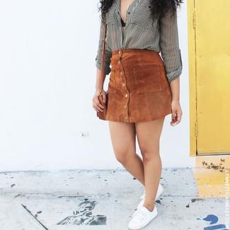 Come indossare: camicia elegante a righe verticali bianca e nera, gonna con bottoni in pelle scamosciata marrone, sneakers basse di tela bianche, borsa a tracolla in pelle marrone