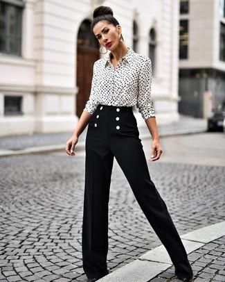 Come indossare e abbinare: camicia elegante stampata bianca e nera, pantaloni larghi neri, décolleté in pelle neri, orecchini dorati