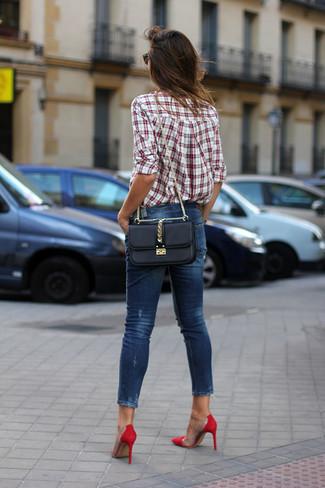 Come indossare: camicia elegante scozzese bianca e rossa, jeans aderenti blu scuro, décolleté in pelle scamosciata rossi, borsa a tracolla in pelle nera