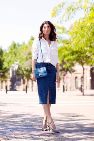 Come indossare: camicia elegante bianca, gonna a tubino di jeans blu scuro, décolleté in pelle a righe orizzontali bianchi e neri, borsa a tracolla in pelle blu