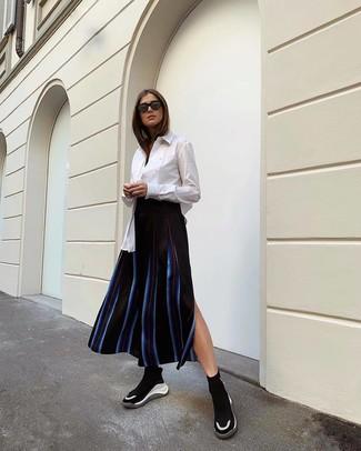 Come indossare: camicia elegante bianca, gonna longuette a righe verticali nera, scarpe sportive nere e bianche