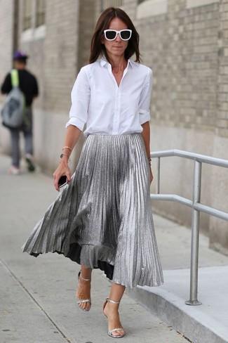 Come indossare: camicia elegante bianca, gonna longuette a pieghe argento, sandali con tacco in pelle argento, occhiali da sole neri e bianchi