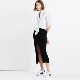 Come indossare: camicia elegante bianca, gonna longuette con spacco nera, sneakers basse in pelle bianche e nere