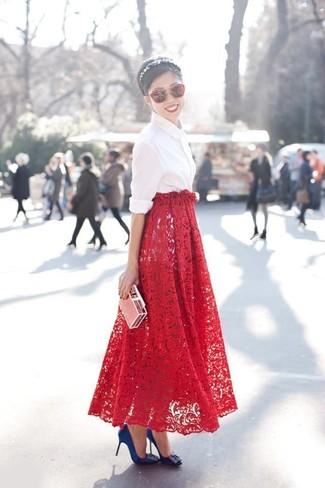 Come indossare: camicia elegante bianca, gonna lunga di pizzo rossa, décolleté di raso decorati blu, occhiali da sole rossi