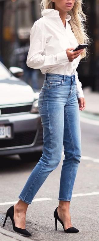 Prova a combinare una camicia elegante bianca con jeans aderenti blu per un look raffinato ma semplice. Décolleté in pelle neri sono una valida scelta per completare il look.
