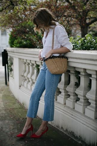Come indossare: camicia elegante bianca, jeans azzurri, décolleté di raso rossi, borsa a tracolla di paglia marrone chiaro