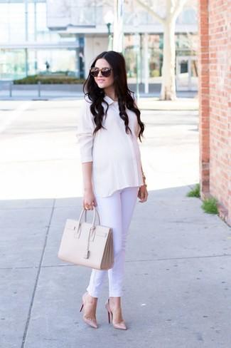 Come indossare: camicia elegante di seta bianca, jeans bianchi, décolleté in pelle beige, borsa shopping in pelle beige