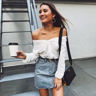 Come indossare e abbinare: camicia elegante bianca, minigonna di jeans azzurra, borsa a tracolla in pelle nera, cintura in pelle nera