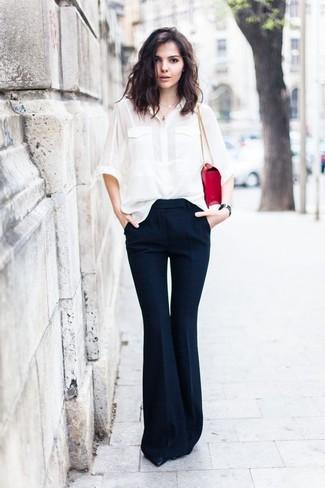 Come indossare: camicia elegante di seta bianca, pantaloni a campana blu scuro, décolleté in pelle neri, cartella in pelle rossa
