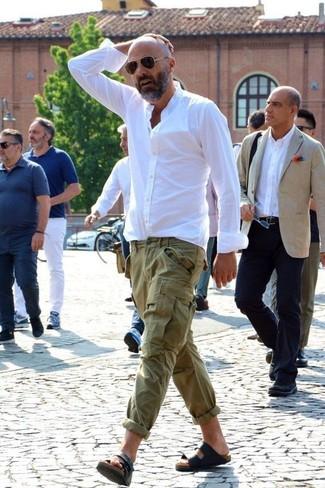 Come indossare: camicia elegante bianca, pantaloni cargo verde oliva, sandali in pelle neri, occhiali da sole marrone scuro