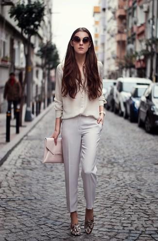Come indossare: camicia elegante di seta bianca, pantaloni eleganti bianchi, mocassini eleganti in pelle con stampa serpente grigi, pochette in pelle rosa