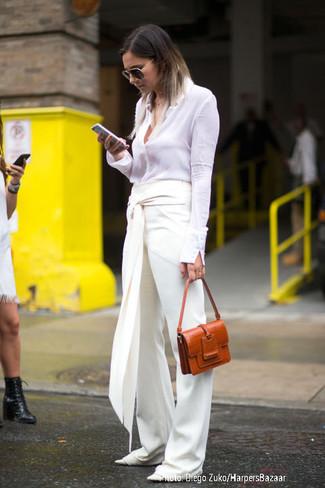 Come indossare e abbinare: camicia elegante bianca, pantaloni larghi bianchi, ballerine in pelle bianche, cartella in pelle terracotta