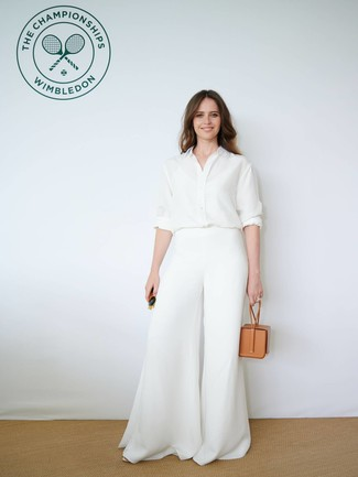 Trend da donna 2021: Indossa una camicia elegante di seta bianca con pantaloni larghi bianchi per un look assolutamente magnifico.