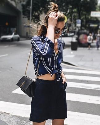 Come indossare e abbinare: camicia elegante di seta a righe verticali blu scuro e bianca, minigonna in pelle scamosciata blu scuro, borsa a tracolla in pelle nera, occhiali da sole neri e dorati